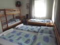 1 francia ágy, 1 szimpla ágy, 1 emeletes ágy